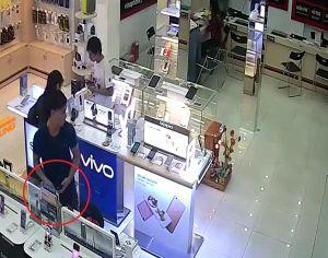 Clip: Thanh niên vờ mua hàng rồi rút trộm điện thoại trưng bày