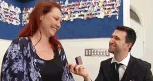 Màn cầu hôn kỳ công, đầy bất ngờ của chàng trai dành cho bạn gái giáo viên ngay trên lớp học