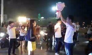 Chàng trai cầu hôn bạn gái theo cách 'người trong giang hồ'