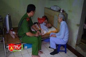 Hình ảnh đẹp về người chiến sỹ Công an giúp đỡ cụ già bị tai nạn giao thông