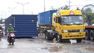 Hàng loạt xe sập 'Hố tử thần' trên đường ĐT743