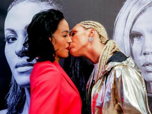 Boxing: Nữ vương xinh đẹp đỏ mặt vì bị đối thủ tung chiêu 'nhạy cảm'