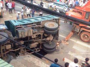 Clip xe tải chở đất lật ngang đè chết người đàn ông bán vé số