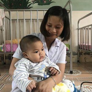 Cuộc sống hiện tại của bé trai 7 tháng tuổi bị mẹ bỏ rơi trong nhà nghỉ
