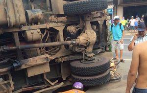 Người bán vé số bị xe tải chở 6 tấn đất đá lật đè chết