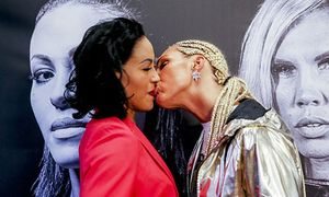 Nữ võ sĩ rụt môi vì bất ngờ bị đối thủ cố hôn