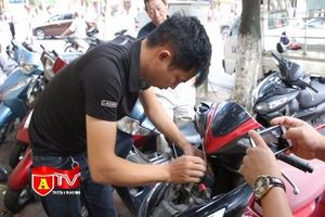 Lắp đặt khóa chíp để phòng chống trộm xe máy