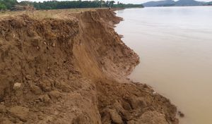 Sạt lở kinh hoàng, sông Lam 'ngoạm' hàng chục ha đất nông nghiệp của người dân