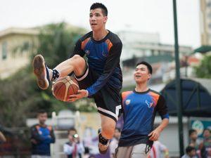 'Nam thần' bóng rổ của Hanoi Buffaloes giao lưu với fan nhí thủ đô
