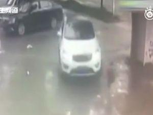 Bé trai 2 tuổi đứng bật dậy sau khi ôtô cán qua người