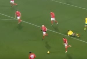 Aaron Mooy, người vừa sút tung lưới Man Utd tài năng thế nào?