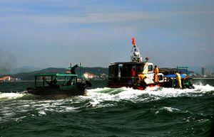 Ba tàu đâm va liên hoàn trên vịnh Hạ Long, một tàu chở 1.300 tấn than bị chìm