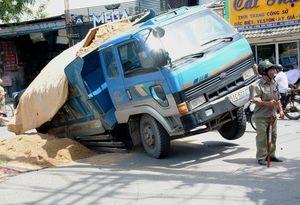 Nóng nhất Sài Gòn: Hãi hùng hố sâu 'nuốt chửng' xe ben đang lưu thông