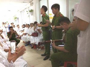 Nam sinh Học viện Cảnh sát hát tặng bệnh nhân gây 'sốt' mạng