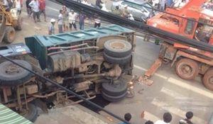 Xe tải vượt ẩu đè chết người đi xe máy