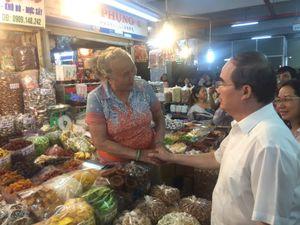 Bí thư Nguyễn Thiện Nhân mua mứt me chợ An Đông