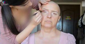 Bà mẹ bị ung thư được con gái trang điểm gây xúc động người xem