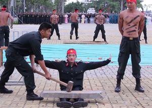 Những màn biểu diễn khí công của cảnh sát cơ động
