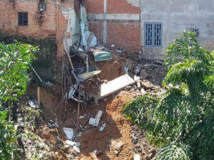 Sạt lở đất làm sập 2 nhà dân ven QL1