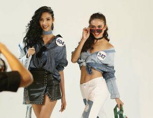 Hoàng Thùy, Mâu Thủy tươi trẻ bên dàn thí sinh Hoa hậu Hoàn vũ