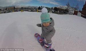 'Vận động viên nhí' 14 tháng tuổi trượt tuyết siêu đỉnh