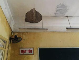 Học sinh lo sợ vì những mảng tường rơi trong lớp học