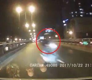 Clip: Phóng ngược chiều trên cầu vượt, xe máy suýt tông vào đầu ô tô