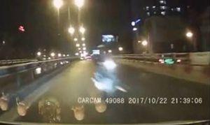 Xe máy đi ngược chiều, phóng 'bạt mạng' trên cầu vượt ở Hà Nội