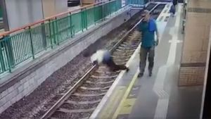 Video sốc: Người đàn ông đẩy ngã nữ lao công xuống đường ray