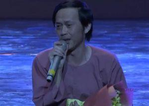 Hoài Linh được khán giả cổ vũ khi ngồi bệt hát trên sân khấu thủ đô