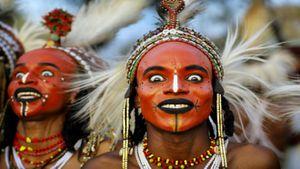 Có một bộ tộc kỳ lạ mà ở đó, đàn ông phải thi sắc đẹp mới lấy được vợ