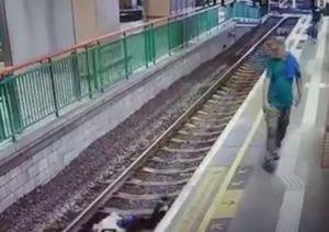 Người đàn ông thô bạo đẩy một phụ nữ ngã nhào xuống đường ray tàu
