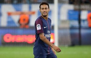 Bảo vệ sân dựng khiên chắn để Neymar thực hiện phạt góc