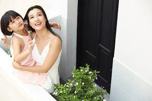 Á hậu Hoàng Oanh diện váy trắng tinh khôi bên con gái đỡ đầu