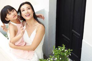 Á hậu Hoàng Oanh nhận con nuôi từ làng trẻ SOS