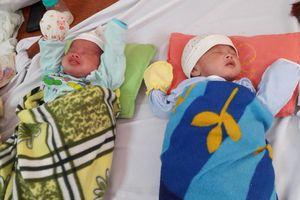 Nỗi buồn của bà mẹ đơn thân nuôi 2 con sinh đôi