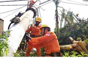 Công nhân xuyên đêm khắc phục sự cố điện sau bão