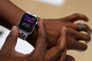 Apple Watch thế hệ 3 bị nhà báo công nghệ dập 'tơi bời hoa lá'!