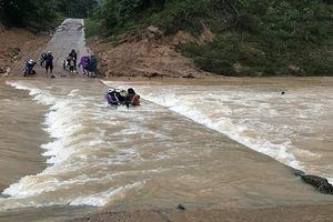 Liều qua cầu khi lũ về, 4 thanh niên cùng xe máy bị nước cuốn trôi