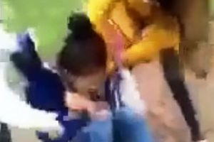 Clip nữ sinh lớp 11 bị đánh hội đồng, lột đồ, quay clip