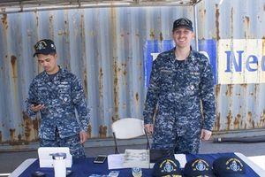 Tàu sân bay USS Carl Vinson mang theo bật lửa Zippo