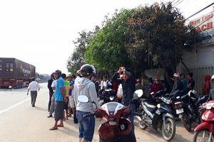 Va chạm giữa xe container và xe máy, 2 người thương vong