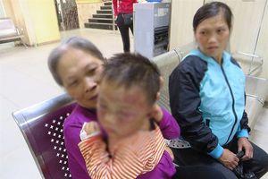 Gã phu đá hành hạ con riêng của vợ bầm tím mặt, nhiều lần vác dao dọa chém vợ