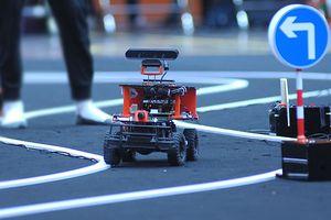 Tận thấy xe tự hành của sinh viên chinh phục đường đua