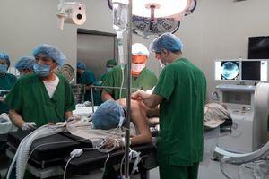 Đang thăm khám, nữ bác sĩ bị chồng bệnh nhân hành hung