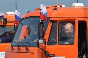 Ông Putin lái Kamaz thông xe cầu Crimea