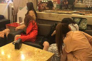 Vũ nữ mặc 'nội y' phục vụ khách nước ngoài hát Karaoke ở TP HCM