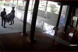 Camera ghi hình 2 gã trai vào chùa khiêng trộm hòm công đức