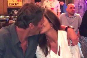 Vợ chồng Cindy Crawford hôn nhau, tận hưởng sự giản dị nhân kỷ niệm 20 năm ngày cưới