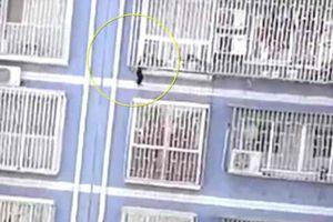 'Người nhện' Trung Quốc giải cứu bé 2 tuổi treo lơ lửng trên tầng 5 tòa nhà